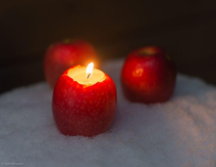 Et uthulet eple kan bli en fin lyslykt. Sett det i snøen sammen med hele epler. Vakkert!