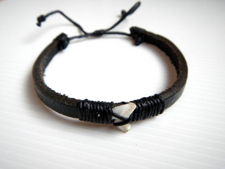 Pulsera de cuero marrón o negro diente de tiburon surf artesanal cordón ajustable surfer skate maori style de CocobountyStyle en Etsy