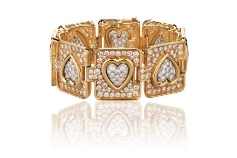 Un bracelet en or et platine serti de diamants stylisant des coeurs / A gold and platinum bracelet with diamond