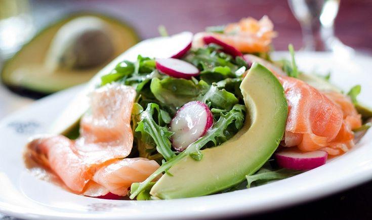 Η βουτυράτη γεύση του αβοκάντο, η πικάντικη σπιρτάδα που χαρίζουν η ρόκα και τα ραπανάκια, η φρεσκάδα του σολομού και το άρωμα της σος λεμονιού παντρεύονται τέλεια σε μια εύκολη και ελαφριά σαλάτα, ιδανική για όσους προσέχουν τη διατροφή τους.