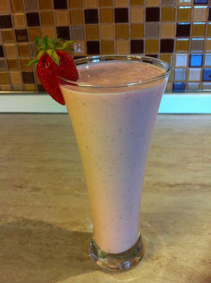 Молочный коктейль с клубникой и творогом. Мамулины рецепты.