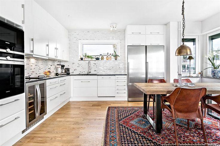 Vita köksluckor (Birka) och snygg glasmosaik upp till tak, spotlights med dimmerfunktion, infälld ho med smart duschblandare och bänkskiva i svart granit | Ballingslöv