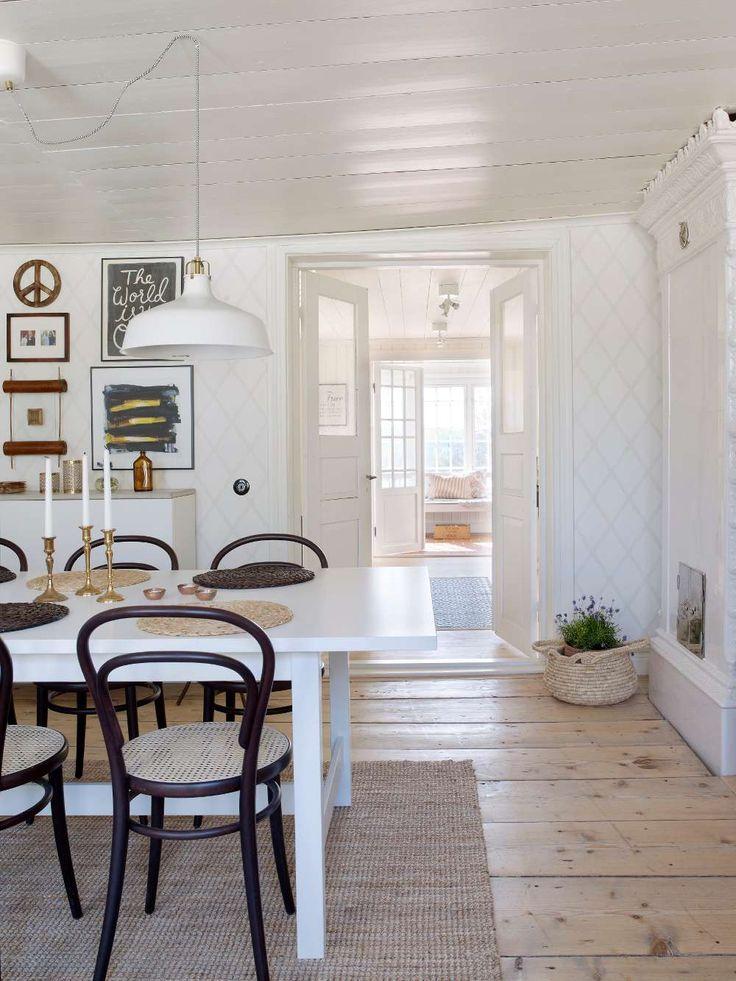Matsalens breda golvtiljor gick att rädda när paret renoverade. Tapet, Ludvig, från Sandberg.