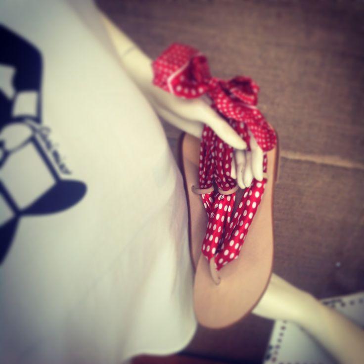 immancabile accessorio di karl who? i nostri sandali foulard