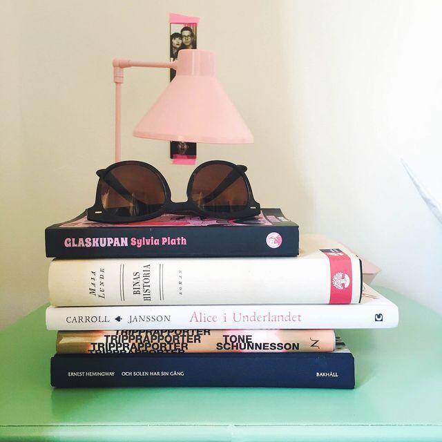böckerna på mitt nattduksbord just nu.