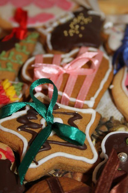 Ура! Вот оно - имбирное рождественское печенье! В оригинальном рецепте это называлось пряниками, да и тесто здесь действительно самое что ни на есть пряничное. Получилось очень вкусно и очень нарядно. Правда, на елку мы его не вешали - так ели. За счет большого количества специй печенье получается очень пряным и ароматным.Формочек в виде елочки у [...]