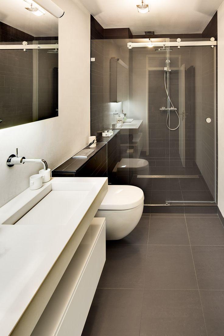 Deze kleine badkamer is efficiënt ingericht waardoor er een groots effect gecreëerd wordt. De badkamer is van alle mogelijke gemakken voorzien: toilet, wastafelmeubel, inloopdouche en opbergruimte.