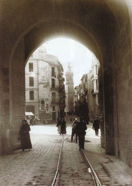 La Valencia desaparecida.  Puerta de Serranos, detrás la plaza de los Fueros,  la calle Serranos y la iglesia de San Bartolomé.
