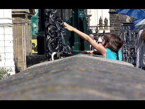 [Full HD] Lustiges Video Der Meist Angefassten Sehenswürdigkeit In Prag Bei Dem Kreuz Karlsbrücke