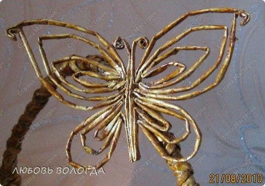 Tejiendo periódicos.  Mariposa y una cesta en un marco de alambre.  Master Class (2) (520x364, 185Kb)