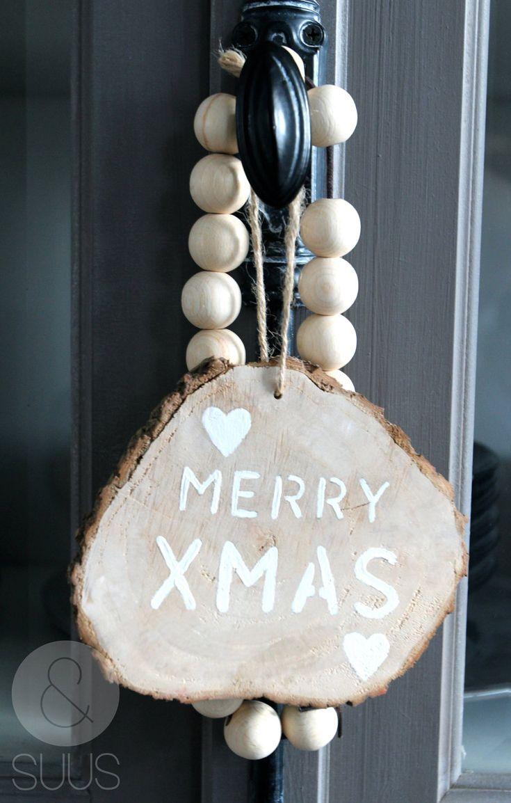 Houten grote kerst huishanger met tekst ' Merry XMAS' of rendier. €9,95, via Etsy.