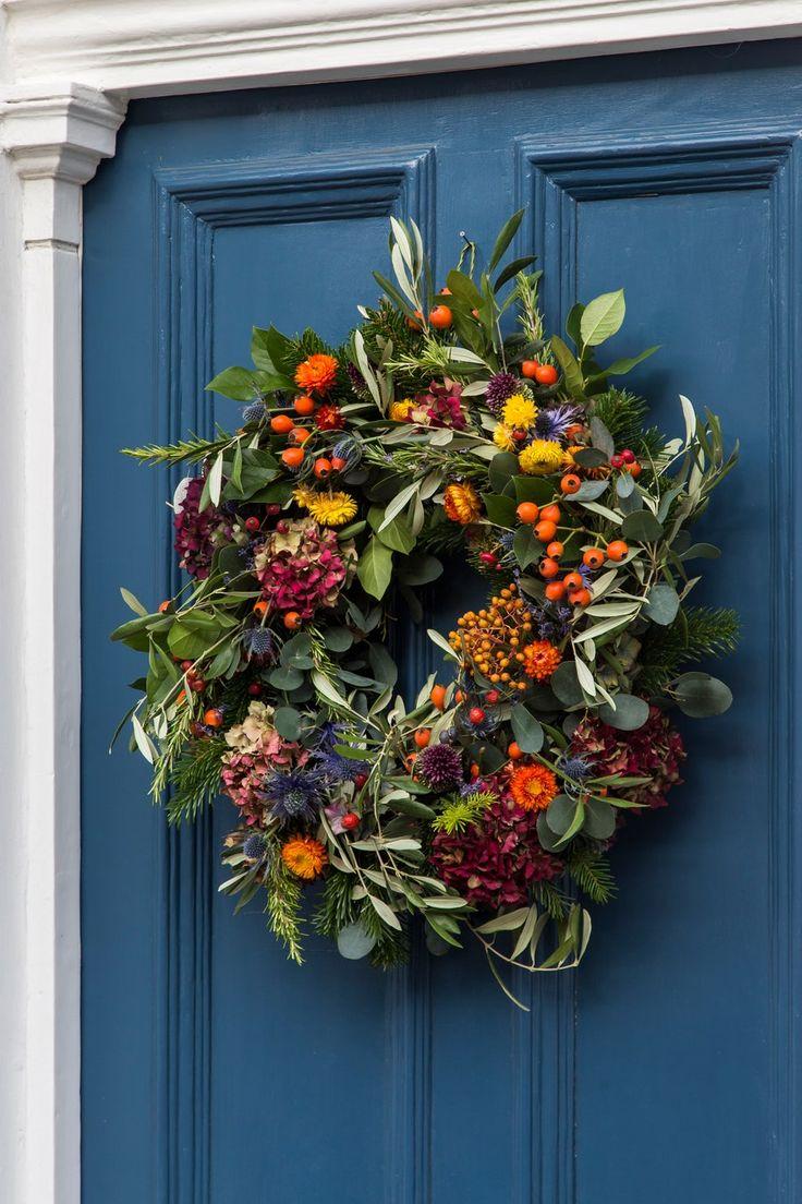 Can't go wrong with a bold door and a festive wreath. Christmas Door Wreaths, Autumn Wreaths, Holiday Wreaths, Christmas Crafts, Christmas Decorations, Holiday Decor, Red Hydrangea, Corona Floral, Natal Diy