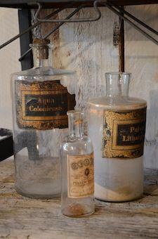 Flacons de pharmacie (3) 3 flacons de pharmacie en verre avec leurs étiquettes d'origine. Début XXè.