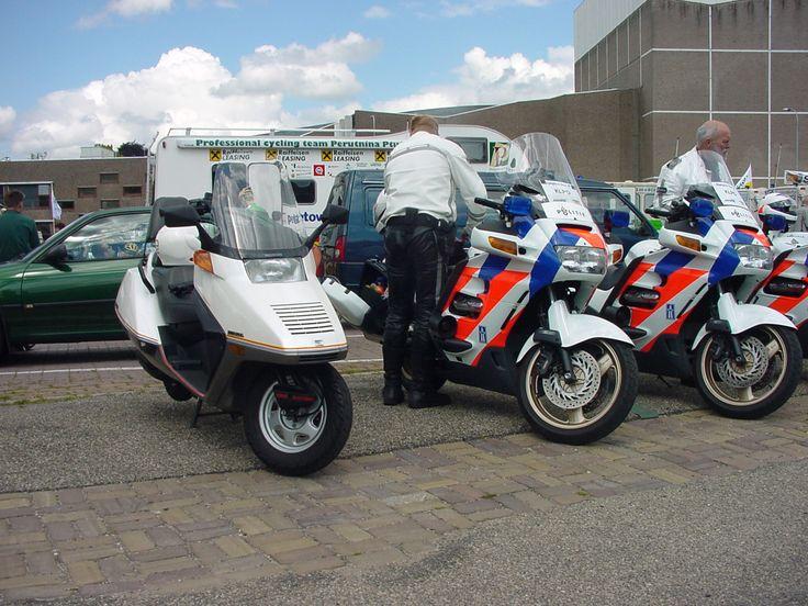 Mijn Honda Helix in een rij met politiemotoren. Politie kon de humor er niet van inzien.