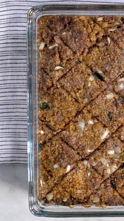 Receita com instruções em vídeo: Esse quibe de forno recheado é uma verdadeira tentação! Ingredientes: 250g de trigo para quibe, ½ litro de água quente, 500g de carne moída, 1 cebola picada em cubos pequenos, Folhas de ½ maço de hortelã, Pimenta síria, Sal, 25g de manteiga, 25g de farinha de trigo, 250ml de leite, Noz-moscada, 200g de queijo muçarela ralado, 2 tomates cortados em cubos, Azeite de oliva para untar e regar