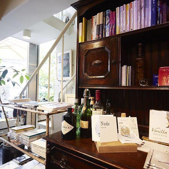 """東京・南青山 音と言葉 """" ヘイデンブックス """" 本と音楽を中心に、人が集まり、何かが生まれる場所。  元雑誌編集者の林下さんが、「本をきっかけに、モノをつくっている人が集まる場をつくりたい」と始めたお店。「人の生き方が伝わるような本」をキーワードにセレクトされた書籍は、珈琲とともに楽しめるほか(古本のみ)、購入することもできる。ギャラリーでの展示をはじめ、ライブも月に4、5回行われ、終演後には演者とお客さんとの交流が自然と生まれるという。人が集い、場を介して新しい何が生まれる、そんな素敵な空間だ。 #本 #本屋  #読書 #本棚 #本好き #音楽 #読読 #よんどく #ヘイデンブックス #東京 #南青山 #東京の本屋さん #新刊 #古書 #ギャラリー #CD #カフェ #ブックカフェ #東京の本屋さん #20170429 yondoku.jp"""