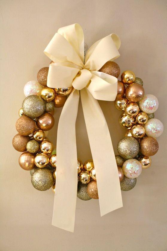 51077f298e2ca Guirlanda de natal com bolas douradas e laço de fita é lindo e criativo.