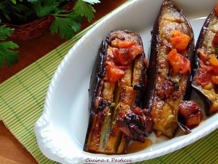 Probabilmente molte persone vedendo la foto della ricetta ,penseranno che le melanzane siano cotte in forno,invece sono cotte in pentola con un procediment