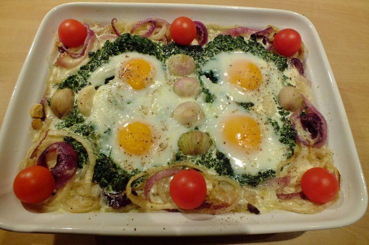 Spinazie met eieren en uien is een lekker recept en bevat de volgende ingrediënten: 300 à 400 gram verse spinazie of blokjes uit de diepvries (zie bereiding en kookverhaal), 4 eieren, 1 el fijngehakte peterselie, 25 gram boter/margarine, 1 grote ui, 1 grote rode ui, 3 kleine sjalotjes, 1 teentje knoflook grof gehakt, 2 tenen knoflook gepeld en heel, 3 à 4 el slagroom/room culinair (of meer naar smaak), zout en peper