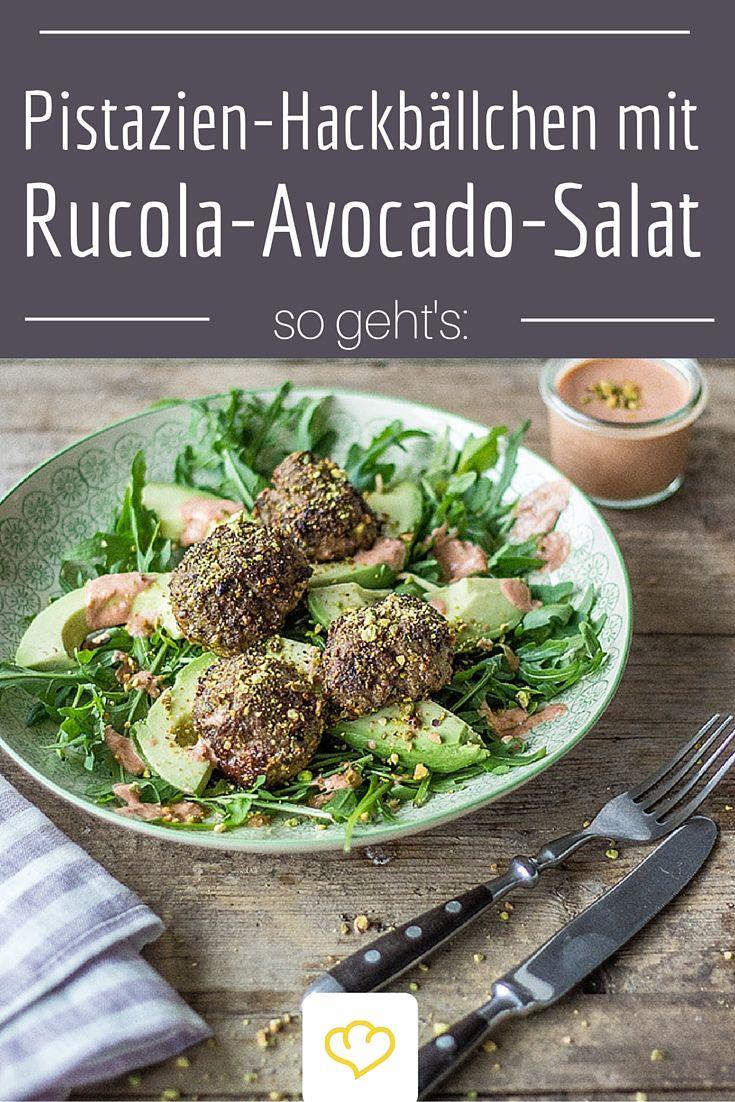 Hackbällchen mit Pistazienkruste auf Rucola-Avocado-Salat - ein lecker-leichter Sattmacher!