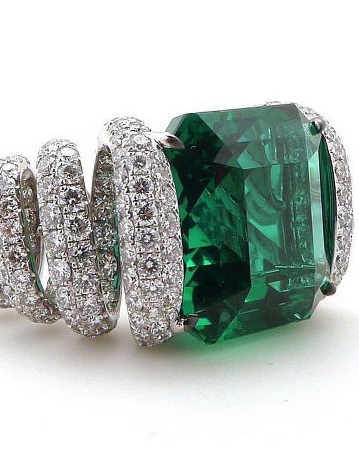 This beauty  has 10.50ct Colombian Emerald and 490 Diamonds! . . Glennspiro emerald