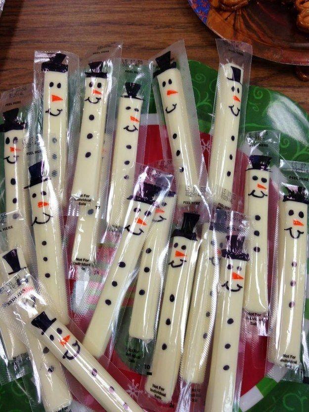 Ajoutez un brin de festivité dans le goûter de vos enfants en dessinant des bonhommes de neige sur leur bâtonnets de fromage avec des marqueurs. | 42 astuces qui vous sauveront la vie à Noël