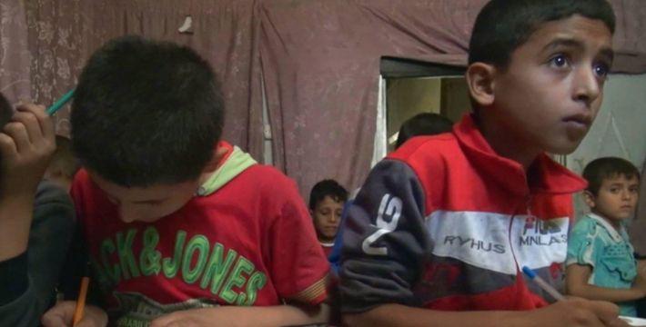 Anak-anak Aleppo terpaksa belajar di ruang bawah tanah  ALEPPO (Arrahmah.com) - Badan-badan bantuan memperkirakan bahwa setidaknya ada 100.000 anak yang terperangkap di daerah-daerah yang dikuasai oleh oposisi di Aleppo timur Suriah.  Tahun ajaran baru dimulai pekan lalu tapi karena serangan udara pemerintah Suriah dan Rusia menghujan di atas kota terbesar kedua Suriah itu anak-anak tidak bisa pergi ke sekolah.  Beberapa siswa seperti Nidal al-Aboud yang berusia 13 tahun terpaksa belajar di…