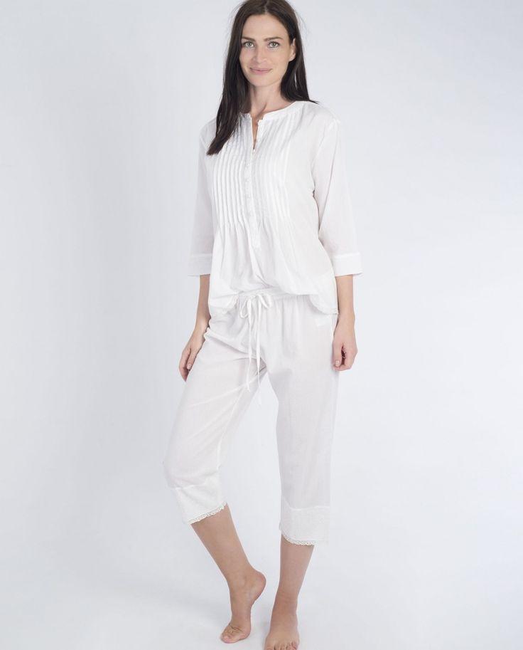 Pijama de mujer MASSANA pirata blanco - Pijama mujer de tela de algodón blanco con manga francesa y cuello mao con una tapeta larga y plisado, acabado en puntillas. el pantalón es de tela de algodón blanco, pirata con acabado de puntilla. Pijama muy fresco estilo retro   El Corte Inglés