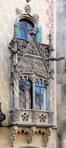 Barcelona, arquitectura barroca con columnas toscanas, grutescos y guirnaldas