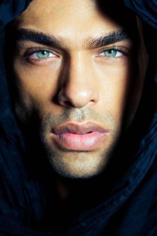 Schwarze Männer mit grünen Augen