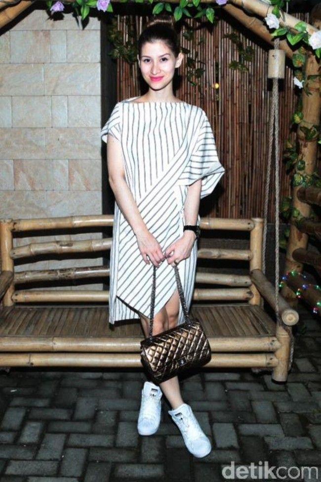 Millane Fernandez Cantik dengan Dress Lurik