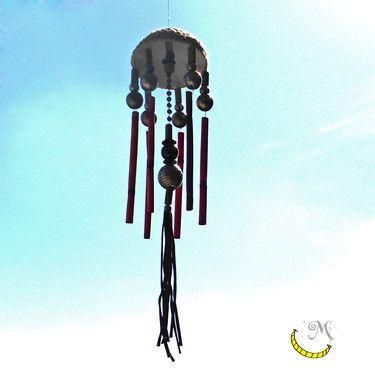 """Campana a vento composta di materiali vari, con canne di bambù e perline di plastica e metallo. La campana a vento è un oggetto molto bello da vedere e decisamente rilassante da """"ascoltare""""; devi solo appenderla sul balcone o in terrazza, aspettare che soffi il vento e godere del suo rilassante tintinnio. Seguimi su fb: https://www.facebook.com/MaliceCrafts/"""