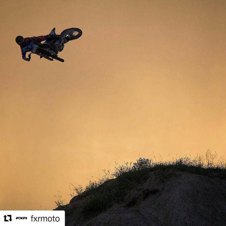 Illat pimenee mutta ajot jatkuu #motocross #elämäntapa #whip #linkku  #Repost @fxrmoto  Steve Taylor serving up at little Whip it Wednesday @sdtaylor02 @6ixsigma @princegeorgemotorsports @thedecalden @innowayfamous #whipitwednesday #fmx #fxr #fxrracing #fxrmoto