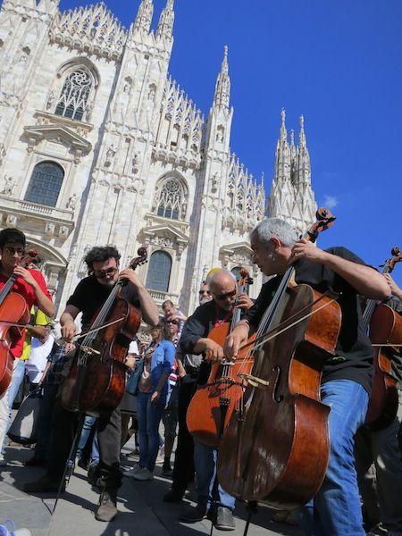 Flashmob a Piazza del Duomo #RaiExpo #Milano #Duomo #DuomoMilano #100cellos #expo2015 #flashmob