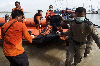 У берегов Малайзии пропало судно с 28 туристами       Судно, на борту которого находился 31 человек, в том числе 28 туристов из Китая, пропало приблизительно в 30 километрах от малайзийского города Кота-Кинабалу. Поисково-спасательная операция развернулась на площади около 400 квадратных миль (свыше тысячи квадратных километров). В ней задействованы суда и вертолеты.