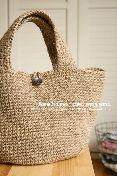地道にコツコツと編んでいた 麻ひものバッグがちょっと前に完成~!!    その名の通り、荷作りなんかで使う 麻ひもだけで編んでます。   ちなみに ワタシが使ったのは、100円ショップで買った麻ひも。しかも 3玉で100円!!      このバッグ、麻ひも4...