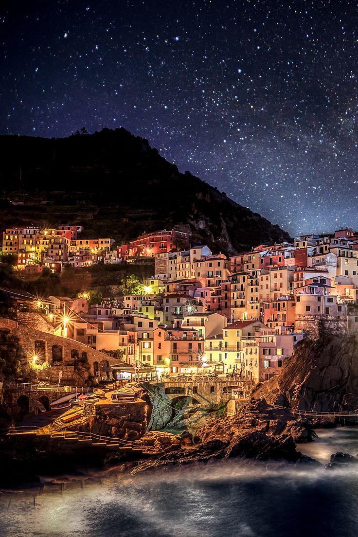 """Manarola es un pequeño pueblo, en la provincia de La Spezia (Liguria, norte de Italia) sobre el Mar de Liguria.  Forma parte de un grupo de pueblos costeros muy frecuentados por turistas que recibe el nombre de """"Cinque Terre"""" nombrados Patrimonio de la Humanidad."""