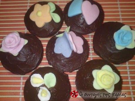 Μικρά σοκολατένια κεκάκια που μπορούν να τα φτιάξουν ακόμα και τα παιδάκια.
