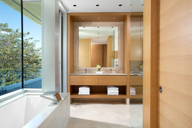 Light filled bathroom.  By Zacharko Yustin Architects Incorporated Photo: Ema Peter Photography