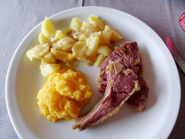 Pinnekjøtt inspirert av Hellstrøm. Kjøttet trekker i grønnsakskraft i ett par timer - utrolig godt.