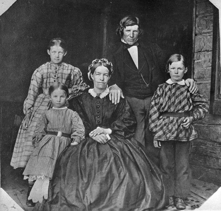1860-tal i Ovanåker och allmogen har lagt av sina  folkdräkter och börjat klä sig borgerligt.