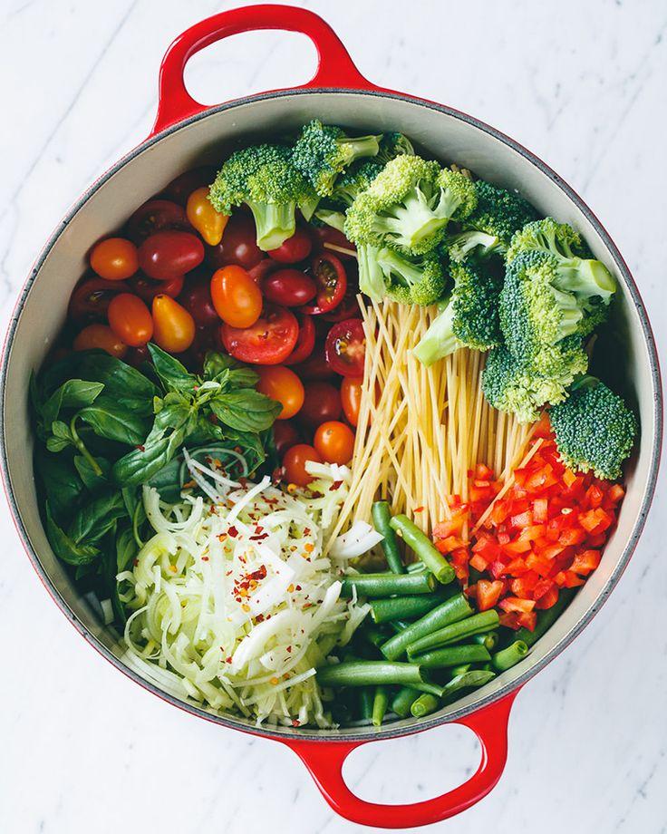 2. One-Pot Vegan Pasta #healthy #vegan #pasta http://greatist.com/eat/healthy-pasta-recipes-creamy-vegan-sauces