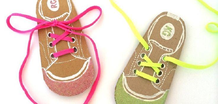 Essayez-vous d'apprendre à votre enfant à faire ses lacets ? Je viens de trouver un modèle fait main adorable de carte chaussure pour apprendre à faire ses