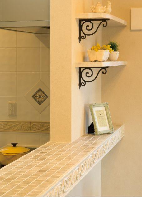 レリーフ(浮彫)のヨーロピアンタイルとアイアンの棚で構成した対面キッチンカウンターです。|キッチン|インテリア|カウンター|タイル|おしゃれ|リビング|かわいい|