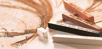 """Llamamos de forma genérica """"cretas"""" a las barras, minas ó lápices que están fabricados a partir de pigmentos aglutinados con pequeñas cantidades de archilla y en algunos casos piedra pómez pulverizada.  Cretas y sanguinas para realizar bodegones y retratos como los grandes maestros en nuestra tienda: www.cosqueretas.es"""