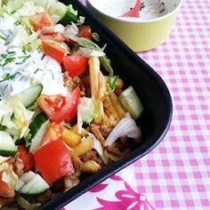 Deze zelfgemaakte Kapsalon, is stukken lekkerder dan die uit de Kebabzaak! Geen kleffe friet, slappe sla of laffe saus. Nee: knapperige friet, sla en een fris yogh
