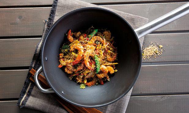 Os temperos tipicamente asiáticos não poderiam faltar neste salteado de camarão com legumes. Se gosta de sabores picantes esta receita é para si.