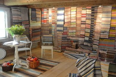 SVENSKA TRASMATTOR Swedish Rag Rugs- tradition for modern homes A trasmatta is a traditional Swedish rag rug, hand woven on a floor loom using strips of (recycled) cloth.At SVENSKA TRASMATTOR we sell fine old rag rugs, bought in private homes in Småland.