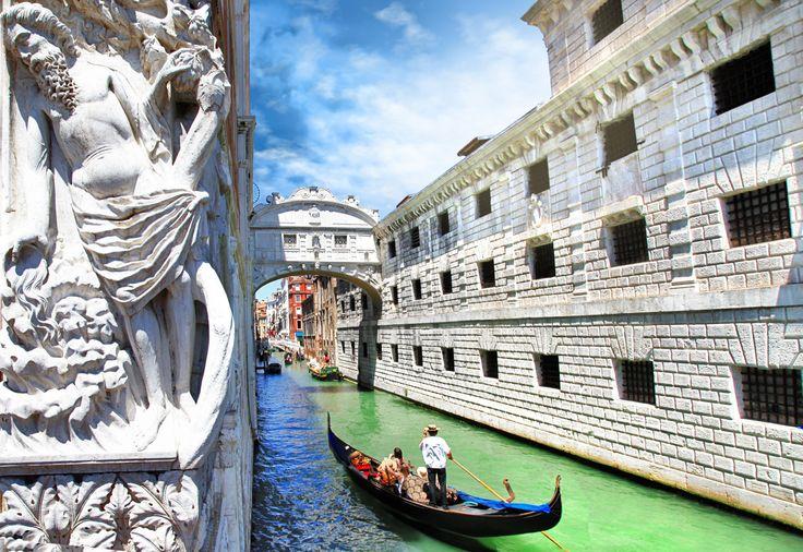 """#Venise #Gondoles #Couple #Romantisme #Weekend Venise, la ville des amoureux en quête de romantisme. Aussi appelée """"La Serenissima"""". Cette ville a été entièrement construite sur l'eau. Traversez le pont des soupirs à bord de votre gondole en compagnie de votre moitié. http://www.promovacances.com/vacances/week-end-pas-cher/sejour-week-end-venise/theme,/pays,125/ville,1505/"""