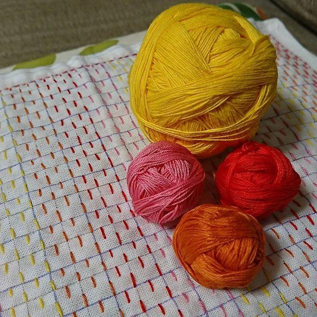 桜模様は糸が足りなくなりそう 重ね枡刺しは晒し布が硬くて進まない という訳で、下準備済みストックの最後の1枚の晒しに手を出しましたw 黄色だけ #小鳥屋 さんのもので、あとは #ダルマ刺し子糸 を使いました コレだけでも派手こくて可愛いのですが、ちょっと試してみたい技法があるのです #刺し子 #花ふきん #刺し子の花ふきん #刺し子ふきん #刺し子花ふきん #sashiko #小鳥屋商店 #小鳥屋さんの糸